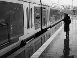 im Regen auf dem Bahnsteig